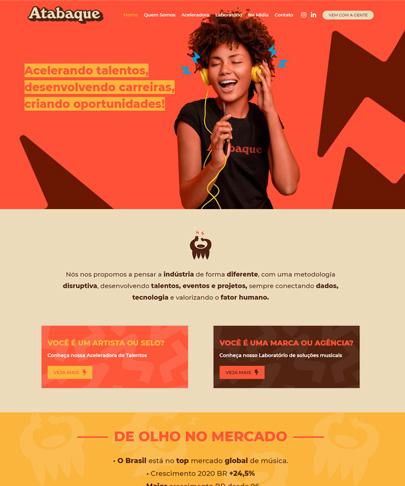 Foto do Site atabaquebiz. banner com uma mulher ouvindo música em um headphone