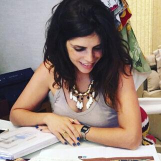 foto da cliente Barbara Makant trabalhando em mesa de escritório