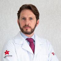 foto do Dr. Silvio Passarini usando jaleco e gravata