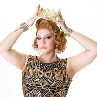 foto da dreg queen Pietra Parker colocando uma coroa dourada
